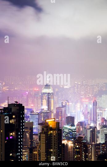 Die erstaunliche Hong Kong Skyline wie aus The Peak Lookout in der Nacht gesehen. Die imposante Bauten sind central Stockbild