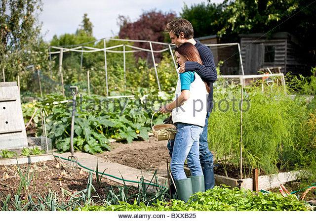 Ein junges Paar, die ihre Produkte auf einer Zuteilung zu bewundern Stockbild