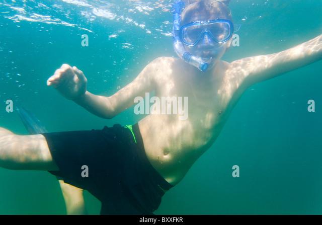 Teenager, Schnorcheln im Wasser des Salto(Saltö) Schweden Stockbild