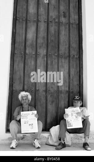 Lokalen Kubaner verkauft die Juventud Rebele und Gramma kommunistischen Zeitungen auf der Straße in Havanna, Stockbild