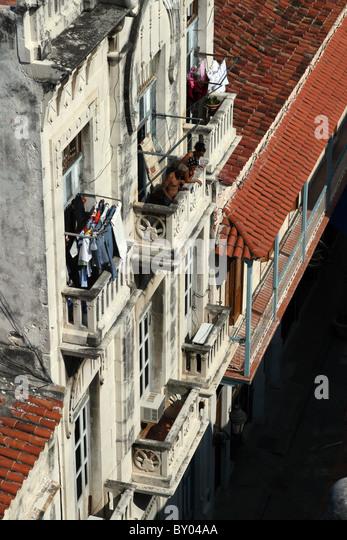 Ansicht der Kubaner von oben, mit Blick auf die Straße nach unten. Stockbild