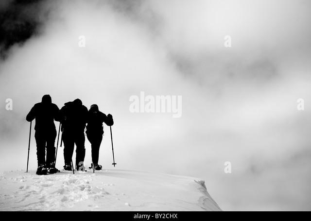 Eine Gruppe aus Schneeschuhwandern an einem bewölkten Tag. Stockbild