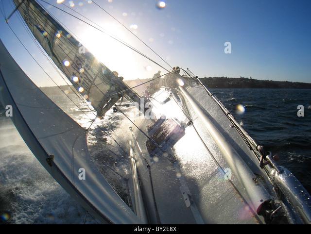 An Bord ein Flaggschiff yacht während eines Trainings vor der Sydney-Hobart-Regatta. Stockbild