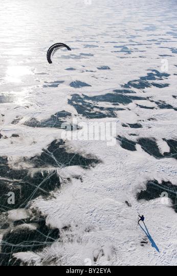 Eine Zugkraft fangen den Wind auf dem gefrorenen Missouri River in North Dakota. Stockbild