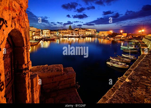"""Der venezianische Hafen von Rethymno Altstadt rund um die """"blaue"""" Stunde. Insel Kreta, Griechenland. Stockbild"""