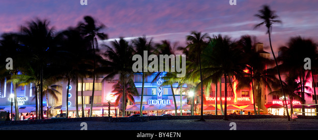 Art-Deco-Viertel mit Hotels in der Abenddämmerung, Miami, Florida, USA Stockbild