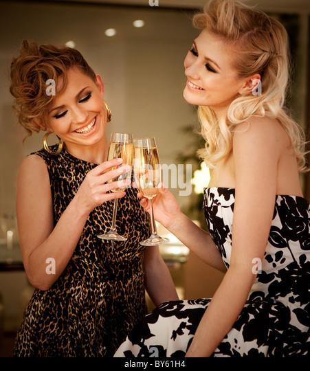 zwei Frauen trinken Champagner Stockbild