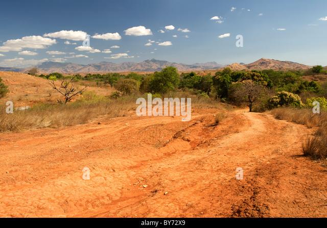 Blick auf die Landschaft und die saisonalen Vohemar Ambilobe Straße im Nordosten Madagaskars. Stockbild