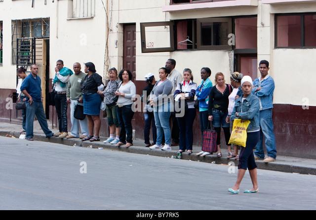Kuba, Havanna. Kubaner einen Bus warten. Stockbild