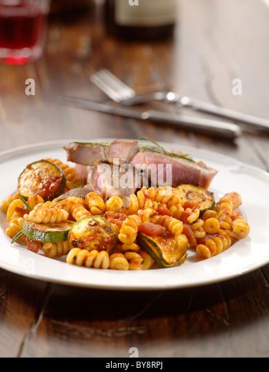 Grill-Steak mit Nudeln Stockbild