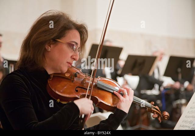 Markante Sinfonieorchester Musiker spielen Konzert Stockbild