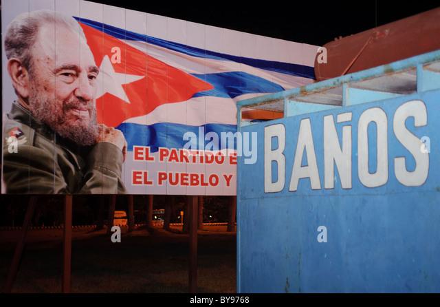 "Plakat von Staatschef Fidel Castro kubanische Flagge und Toiletten Hexe ""Banos"" in Holguin. Kuba Stockbild"