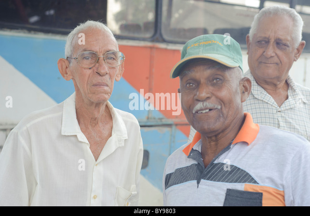 Gruppe der alten Kubaner Hemden posiert und lächelnd. Mayari. Kuba Stockbild