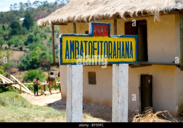 Verkehrszeichen für das Dorf Ambatofitorahana auf der RN7 Straße im Süden Madagaskars. Stockbild