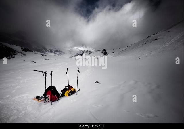 Rucksack und und Bergausrüstung auf Schnee Stockbild