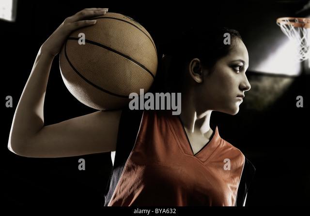 Mädchen posiert mit einem basketball Stockbild