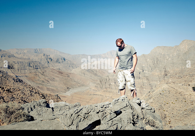 Jungen männlichen Erwachsenen in militärische Kleidung in arabischen Bergen Stockbild
