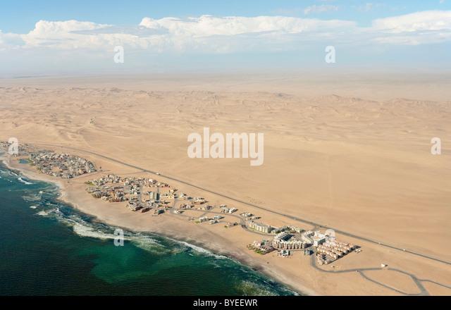 Luftaufnahme der Ferienorte entlang der Straße von Swakopmund Walvis Bay zwischen Namib-Wüste und Atlantik. Stockbild