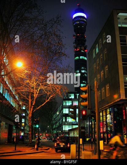 Straßenbild in der Nacht mit BT tower Post Office Tower, London Stockbild