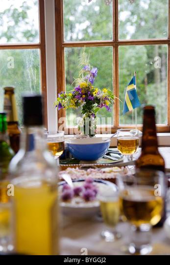 Abendessen-Einstellung auf Tisch mit schwedischen Flagge und Blume vase Stockbild