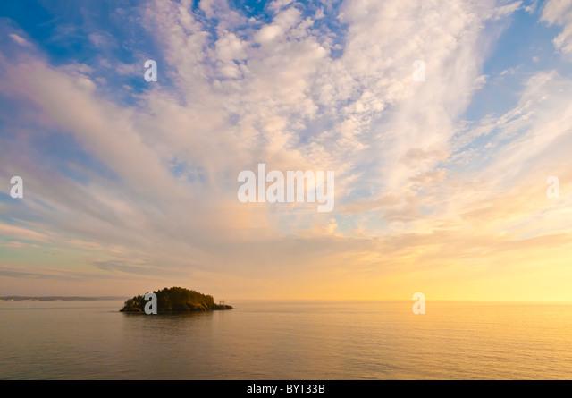 Deception Island aus Rosario Head, Deception Pass State Park, Fidalgo Island, Washington. Stockbild