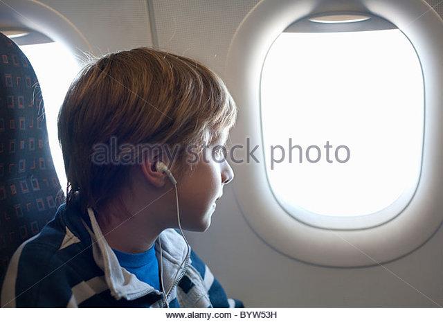 Boy am Flugzeug Blick aus Fenster Stockbild