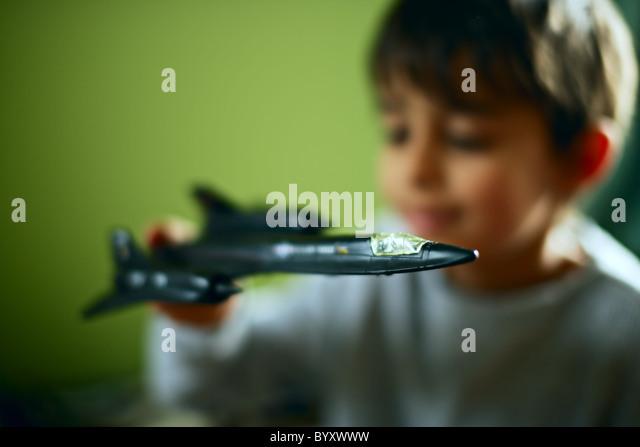 Junge mit Blackbird Spion Flugzeug Spielzeug Stockbild