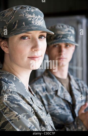 Soldaten in der Armee Kampfuniform, Frau im Fokus Stockbild
