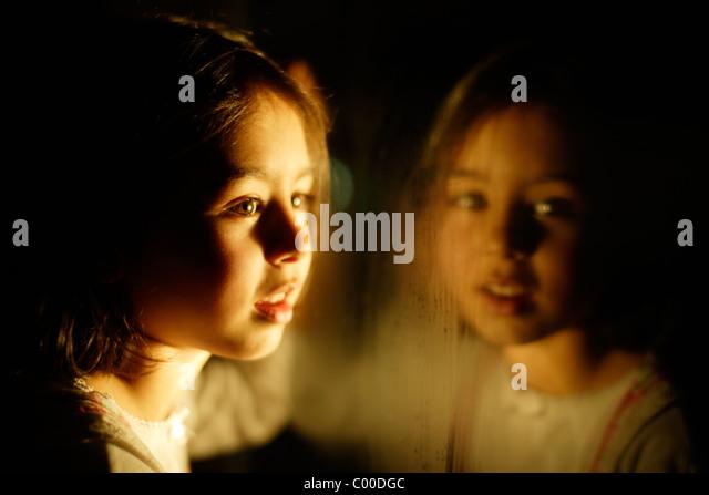 Mädchen in der Nacht mit Fenster Reflexion Stockbild