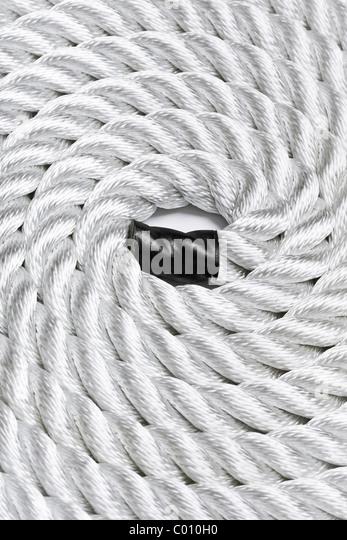 Nahaufnahme von einem weißen Seil zusammengerollt und füllen der Rahmen Stockbild