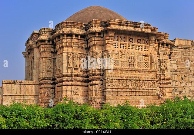 Alten Hindu-Tempel mit Kuppeldach und aufwendigen Schnitzereien an den Außenwänden, Chittorgarh, Rajasthan, Stockbild