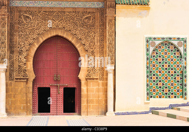 Eingang mit komplizierten Stuckornamente, Spalten und Fliese Mosaiken, Mausoleum Mulay Ismail, Meknès, Marokko, Stockbild