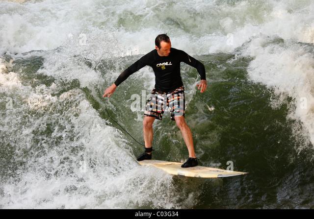 Surfer auf einer Welle im Münchner Eisbach Stream, englischer Garten, Upper Bavaria, Bayern, Deutschland, Europa Stockbild