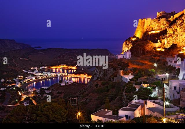 """Die Hora (""""Hauptstadt"""") Insel Cythera (oder """"Kythira"""") auf der linken und Kapsali Dorf im Hintergrund, Stockbild"""