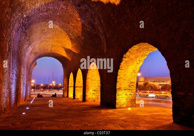 """Teil der venezianischen Werften (Neoria), nahe dem alten Hafen von Heraklion, in der """"blauen"""" Stunde. Stockbild"""