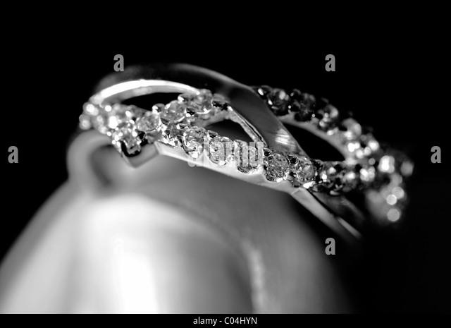 Verlobungsring Weißgold mit mehreren Diamanten Stockbild