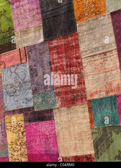 Teppich aus bunten Flecken von recycelten Vintage Teppiche Stockbild