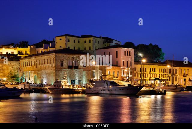 """Nachtansicht der """"Großen Arsenal"""" und Kastelli Nachbarschaft, in die alten venezianischen Hafen von Stockbild"""
