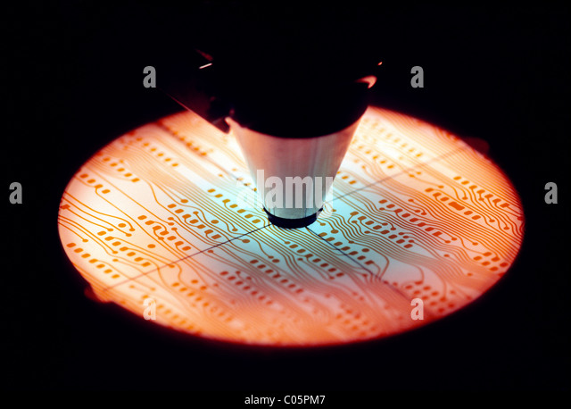 Mikroskop verwendet, um Leiterplatten für den Einsatz auf Computer-Mikro-Chips untersuchen Stockbild
