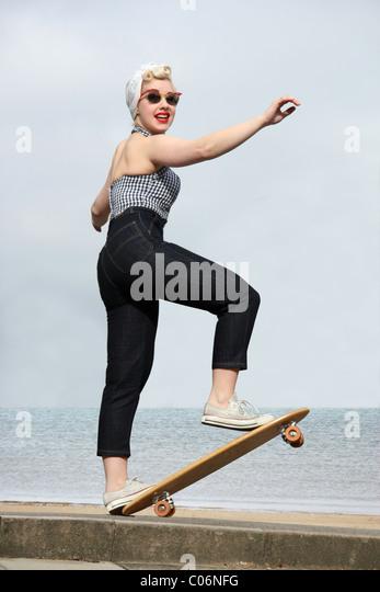 Frau auf einem Vintage Skateboard, Bild von Tony Rusecki Stockbild