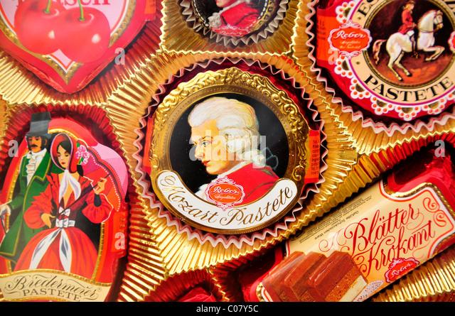 Mozart-Pate im Store Reber, gegründet eine der längsten Hersteller von Mozartkugeln, Salzburg, Salzburg, Stockbild