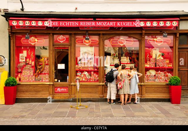 Touristen vor dem Laden Reber gegründet eine der längsten Hersteller von Mozartkugeln, Salzburg, Salzburg, Stockbild