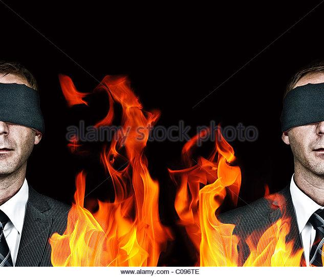 Mann mit verbundenen Augen und Feuer Stockbild