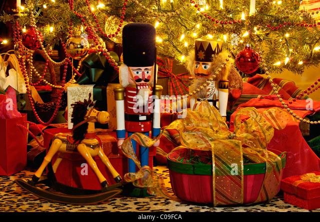 Nussknacker, Steckenpferd und Geschenke unter viktorianischen Weihnachtsbaum in New Albany, Indiana Stockbild