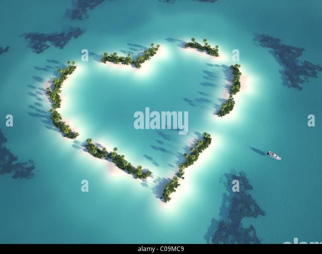 Luftaufnahme des Herzens geformte Insel mit Yacht als Konzept für Romantikurlaub Stockbild