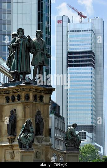 Johannes Gutenberg-Denkmal, Deutsche Bahn Deutsche Bahn Wolkenkratzer, Rossmarkt, Financial District, Frankfurt Stockbild