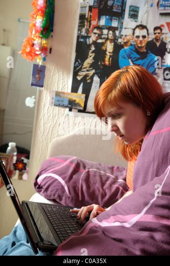 Junge Frauen Laptop Schlafzimmer. Stockbild