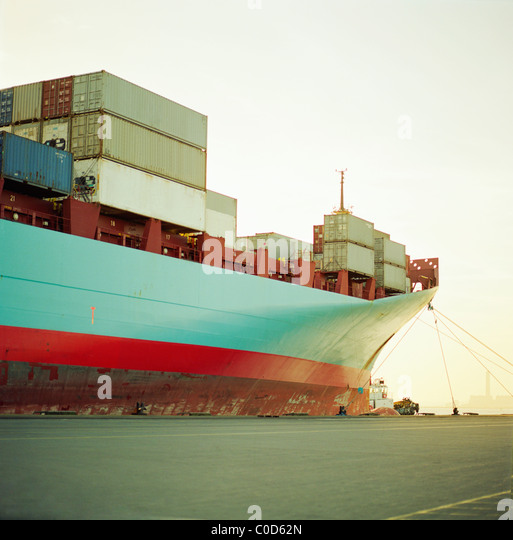Ein Containerschiff warten am Kai voll geladen Stockbild
