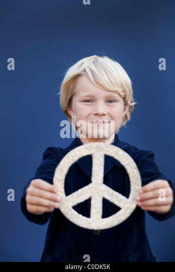 Kleine Junge Holding-Peace-Zeichen Stockbild