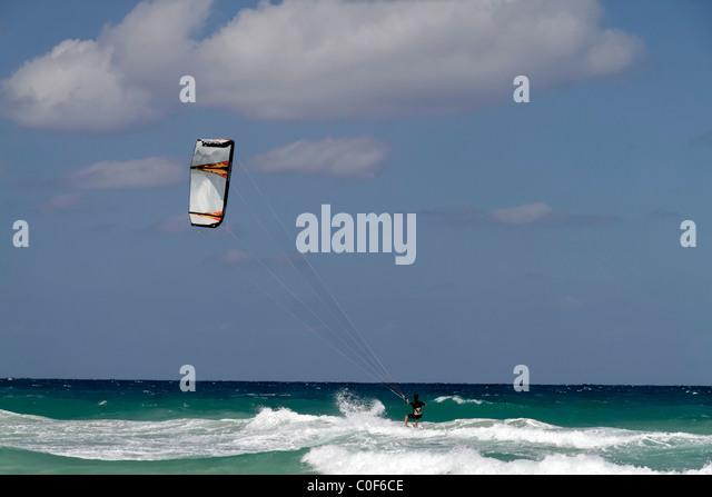 Kitesurfer am Playa del Este, Santa Maria Del Mar, in der Nähe von Havanna Kuba Stockbild